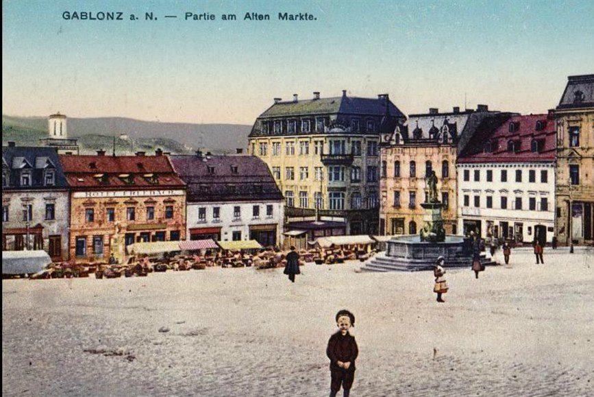 Kolorovaná dobová pohlednice – Mírové náměstí v Jablonci nad Nisou
