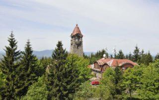 Kamenná rozhledna Černá studnice v zeleni okolních lesů– Jablonecko