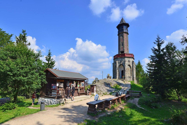 Kamenná rozhledna Štěpánka a stánek se suvenýry v létě - pomezí Jizerských hor a Krkonoš