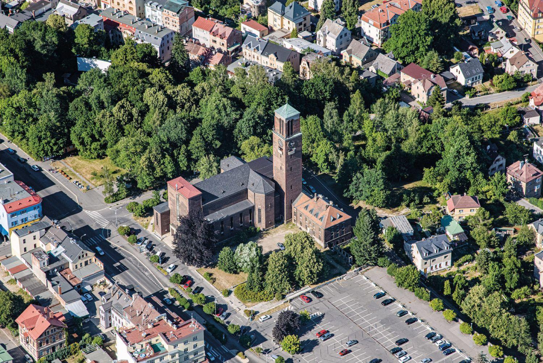 Letecký pohled na Horní náměstí a kostel Nejsvětějšího Srdce Ježišova - Jablonec nad Nisou