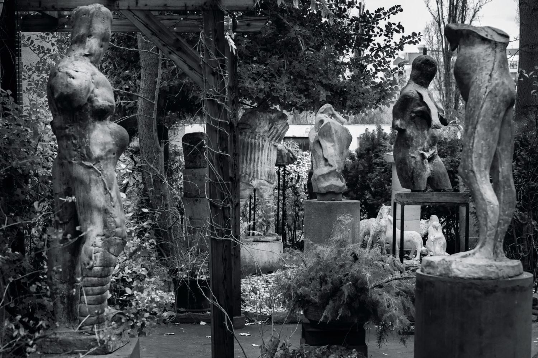Černobílý snímek soch v zahradě - Jan Hendrych, plastiky a kresby