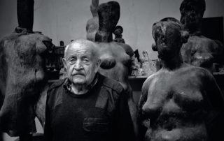 Černobílý snímek soch a Jan Hendrych