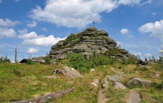 Jizera - druhý nejvyšší vrchol Jizerských hor na české straně (1122 m n. m.). Vyhlídka v podobě přírodně navršených žulových balvanů