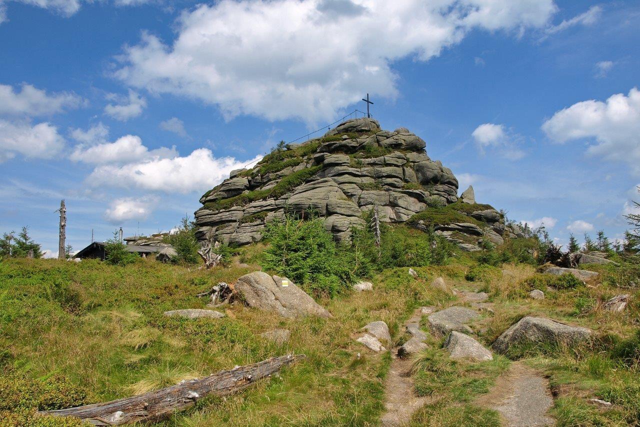 Druhý nejvyšší vrchol Jizerských hor na české straně (1122 m n. m.) v podobě žulových balvanů