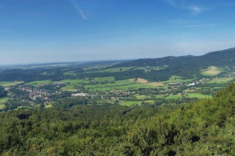 Sluncem zalitá krajina Jizerský hor - pohled ze skalní vyhlídky Ořešník