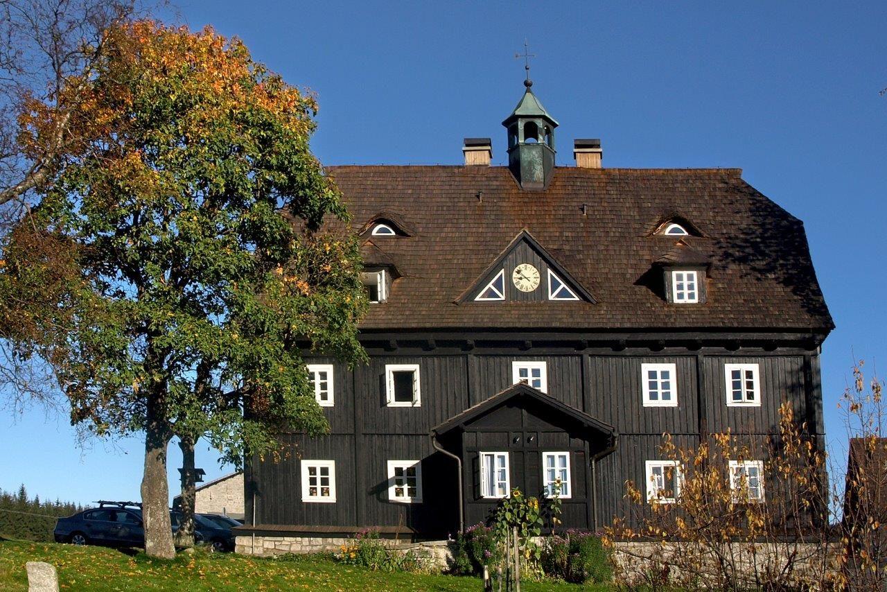 Historický dřevěný Panský dům v osadě Jizerka v Jizerských horách