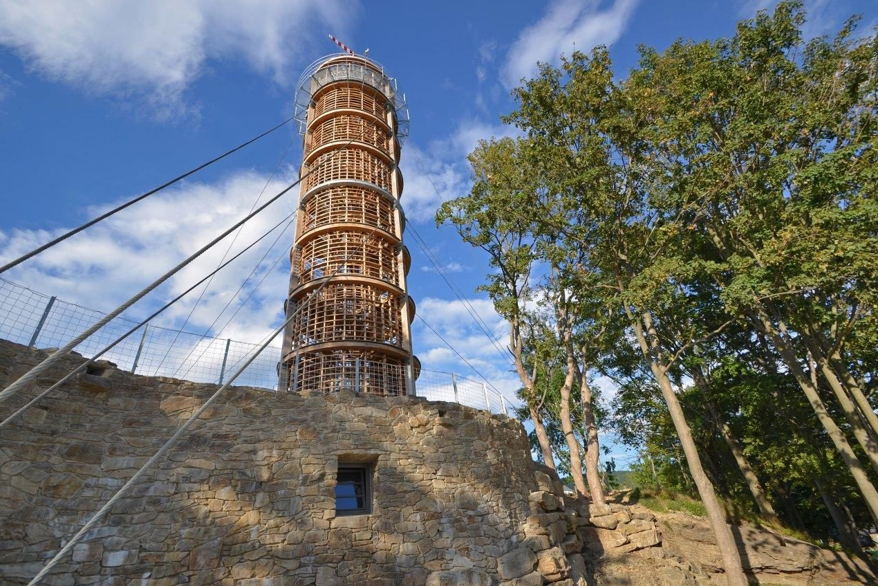 Novodobá dřevěná rozhledna Maják u Muzea Járy Cimrmana v Příchovicích na pomezí Jizerských hor a Krkonoš