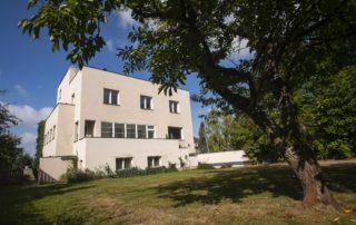 Funkcionalistická Kantorova vila v Jablonci nad Nisou – pohled ze zahrady na část domu s terasou