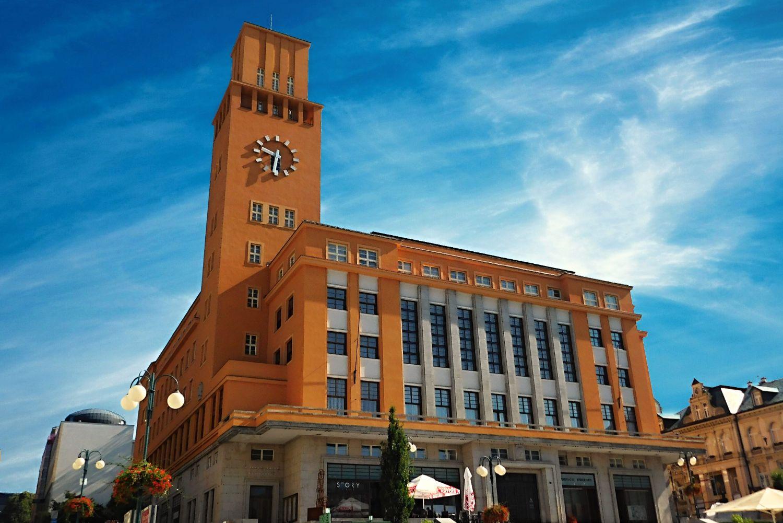 Pohled na funkcionalistickou radncici v Jablonci nad Nisou – hlavní vchod z Mírového náměstí