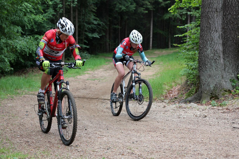 Dva cyklisté v lese - Jizerské hory, léto