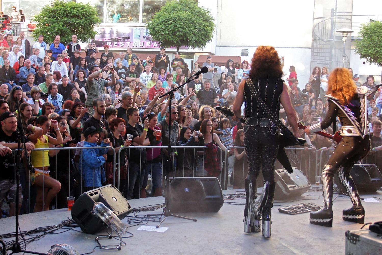 Letní scéna Eurocentra v Jablonci nad Nisou zaplněná lidmi při koncertě