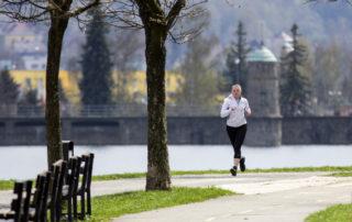 Dívka běžící po břehu přehrady v Jablonci nad Nisou