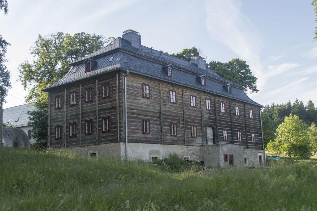 Burg, dnešní Kittelovo muzeum – zrekonstruovaná roubená stavba. Krásná - Jablonecko