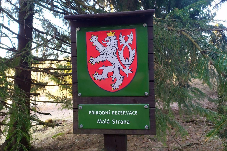 Cedule označující přírodní rezervaci Malá Strana - Horní Maxov, Jizerské hory