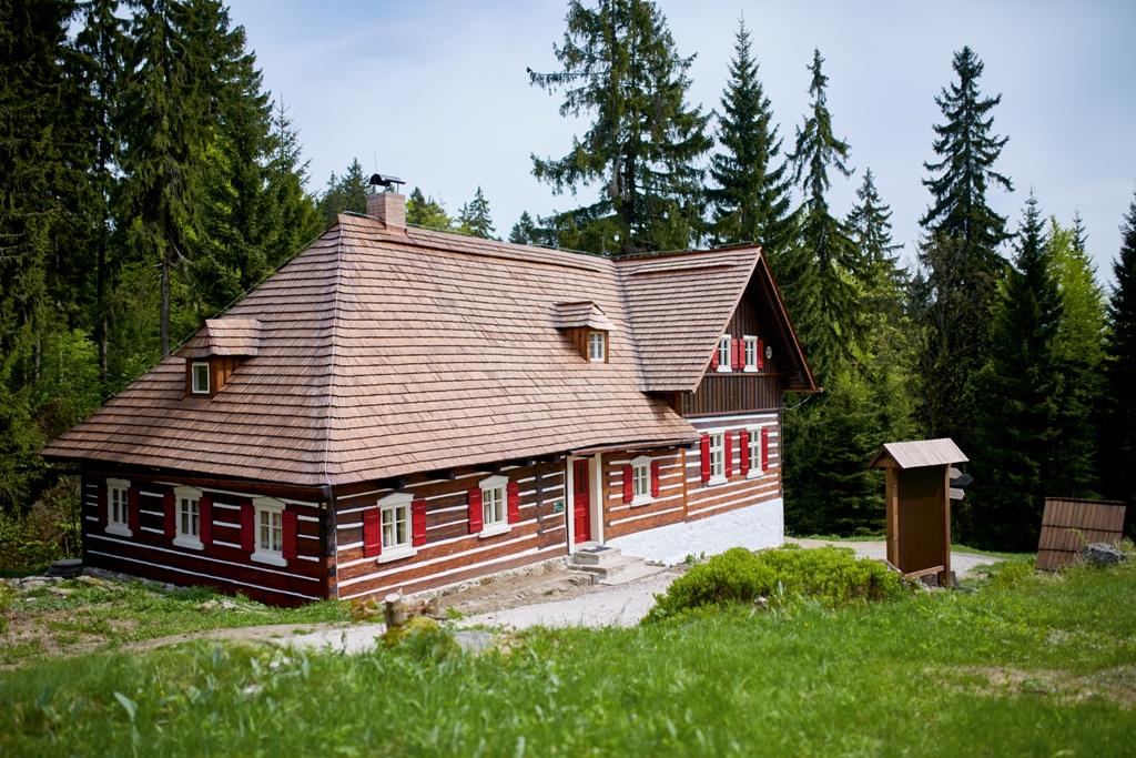Roubená Liščí bouda s expozicí sklářství na Kristiánově v Jizerských horách v létě, dostupná pouze pěšky nebo na kole