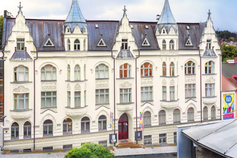 Secesní budova Muzea skla a bižuterie v Jablonci nad Nisou - celkový pohled na přední část budovy