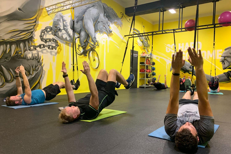 Muži posilující ve fitness centru