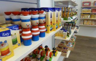V továrně na dřevěné hračky Detoa v Jizerských horách, kde se rodí legendární krteček, můžete zakoupit spoustu dalších nestárnoucích hraček - vpopředí dřevění námořníci.