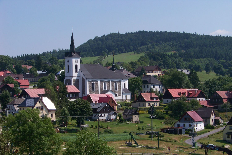 Kostel svatého Víta v Příchovicích na pomezí Jizerských hor a Krkonoš