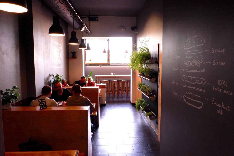 Interiér restaurace Q Burger bar v Jablonci nad Nisou