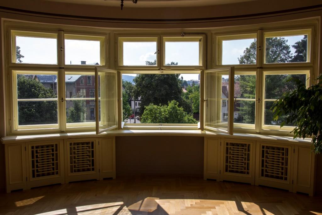 Pohled z okna historické Schneiderovy vily v Jabloonci nad Nisou