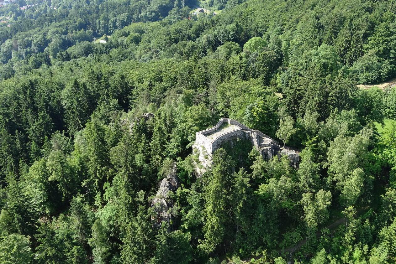 Půvabná skalní vyhlídka (623 m n. m.) na severovýchodním úbočí vrcholu Muchov, jenž se zvedá jihozápadně nad městem Tanvald