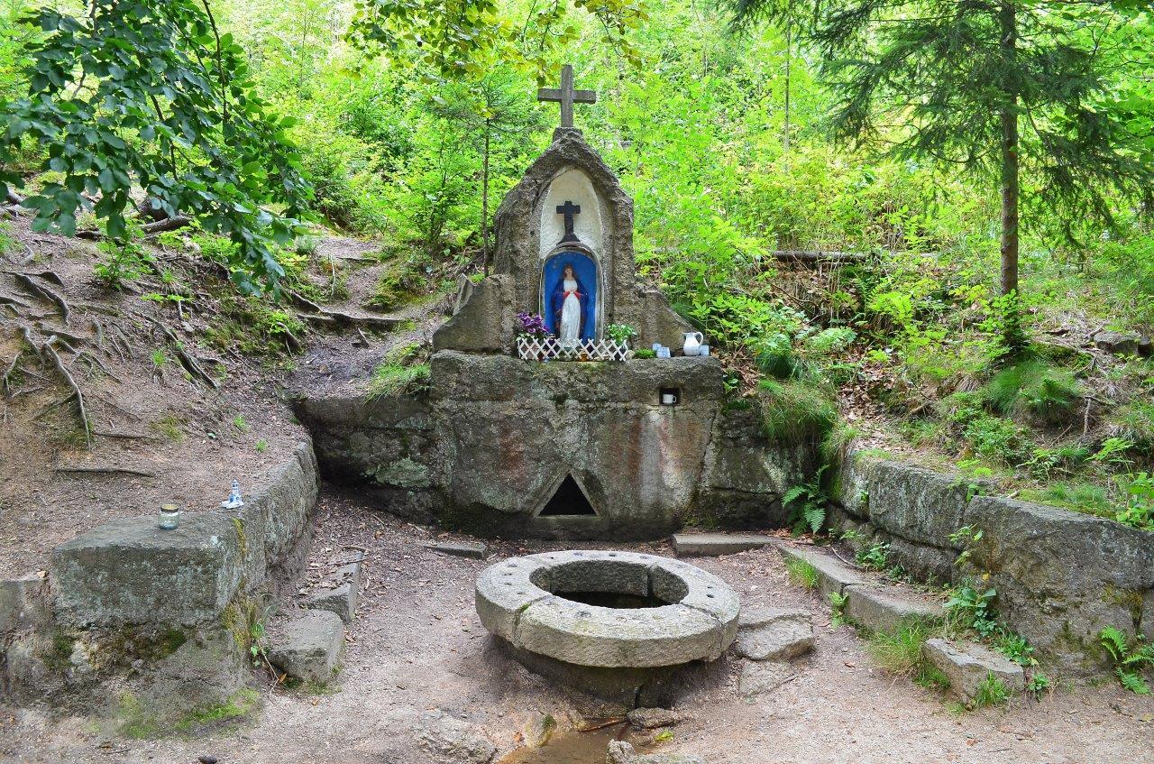 Studánka modlitební  u křížové cesty na Vysokém hřebeni - Bedřichov v Jizerských horách