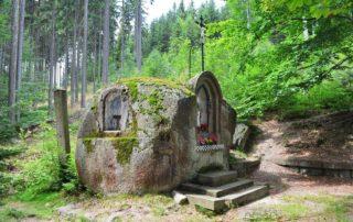 Skalní kapličla u křížové cesty na Vysokém hřebeni - Bedřichov v Jizerských horách