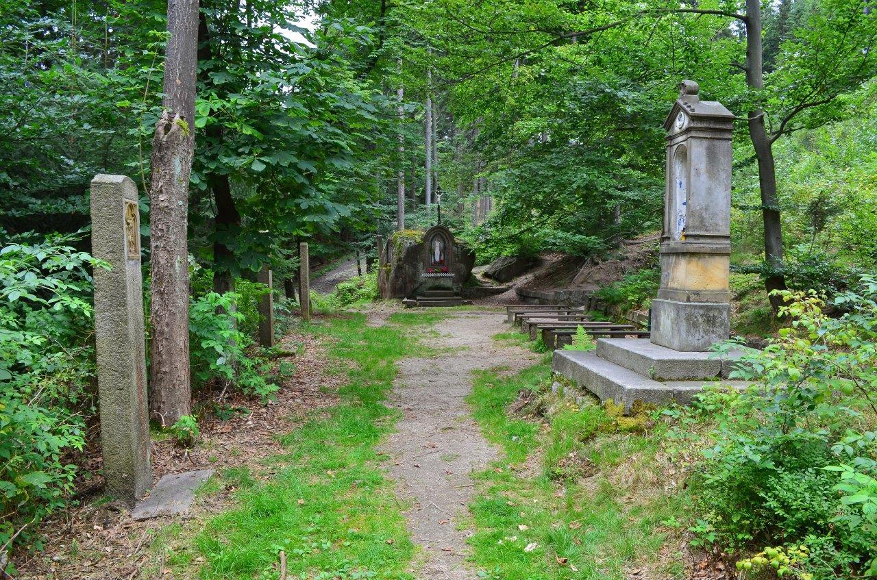Křížová cesta a malý oltář ve skále na Vysokém hřebeni - Bedřichov v Jizerských horách