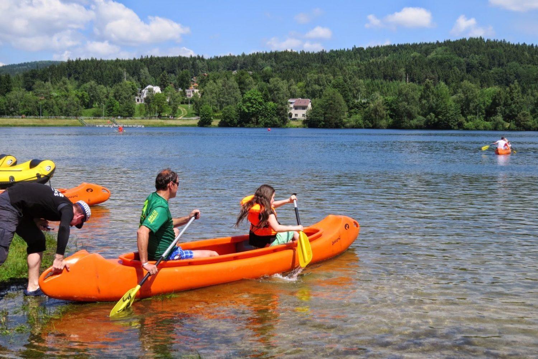 Rodina v oranžové kánoii pádlující na přehradě - Jablonec nad Nisou