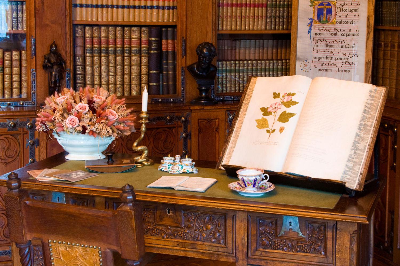 Zámek Sychrov - komnata s knihovnou a psacím stolem