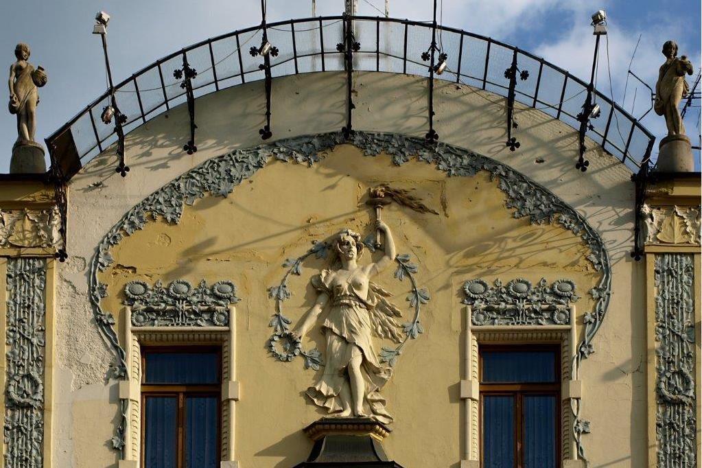 Secesní detail – socha a květinové motivy - na hotelu Diana v Jablonci nad Nisou