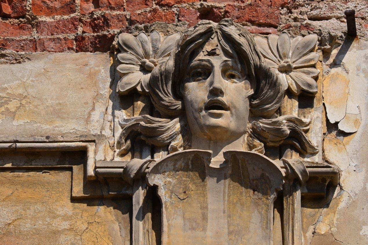 Secesní detail - hlava - na fasádě domu ve špatném stavu v Jablonci nad Nisou