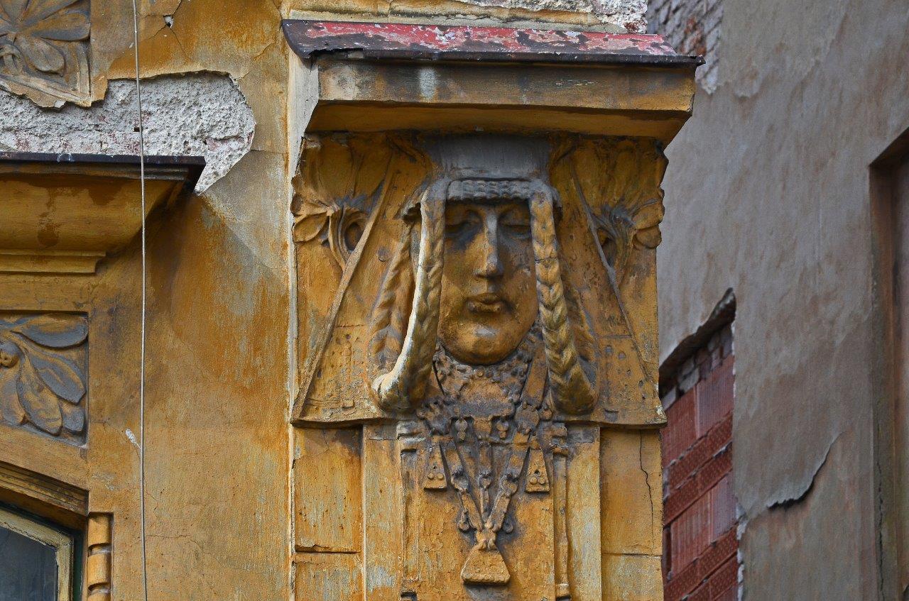 Secesní detail – hlava- na fasádě domu  v Jablonci nad Nisou