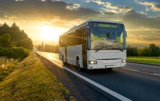 Autobus do jablonce jedoucí po silnici při západu slunce