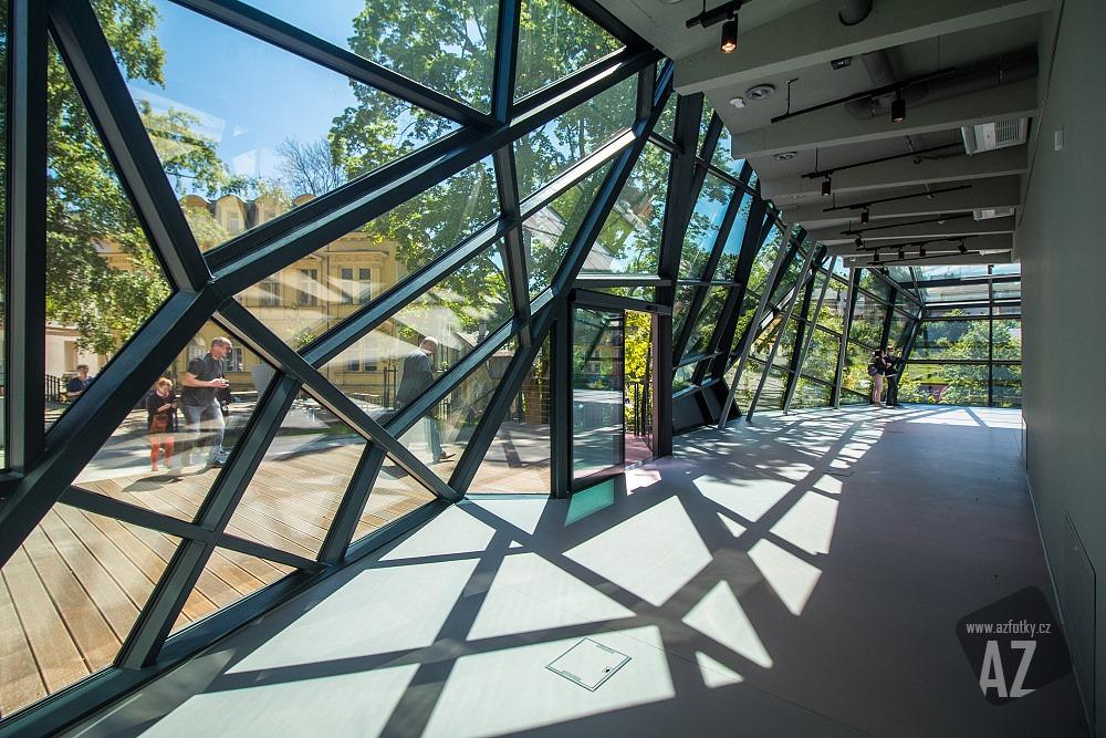 Nová skleněná přístavba Muzea skla a bižuterie v Jablonci nad Nisou - pohled do interiéru