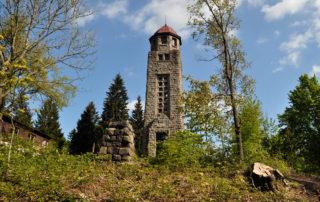 Kamenná rozhledna Bramberk v Jizerských horách - celkový pohled