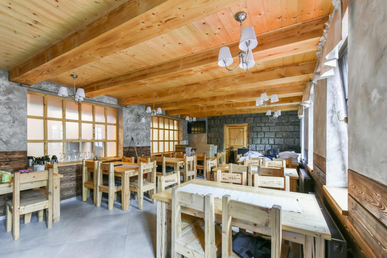 Interiér nově postavené restaurace Chaty Bramberk u stejnojmenné rozhledny - Jablonecko
