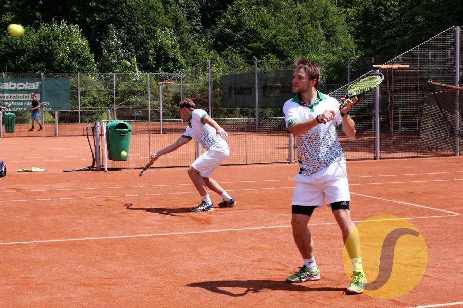 Dvojice tenistů v bílém při čtyřhře na kurtu v Břízkách - Jablonec nad Nisou