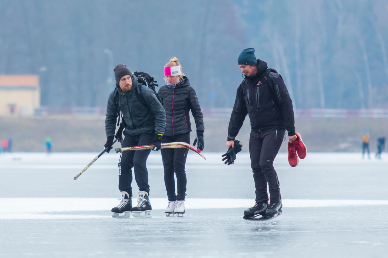 Tři bruslaři s hokejkami na přehradě v Jablonci nad Nisou