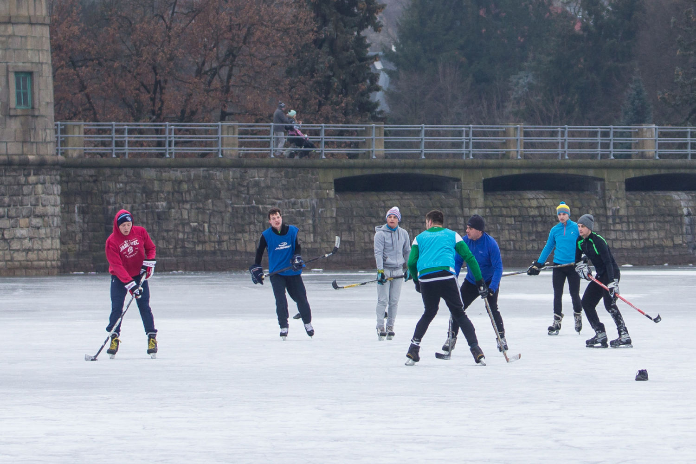 Lidé hrající hokej na přehradě v Jablonci nad Nisou