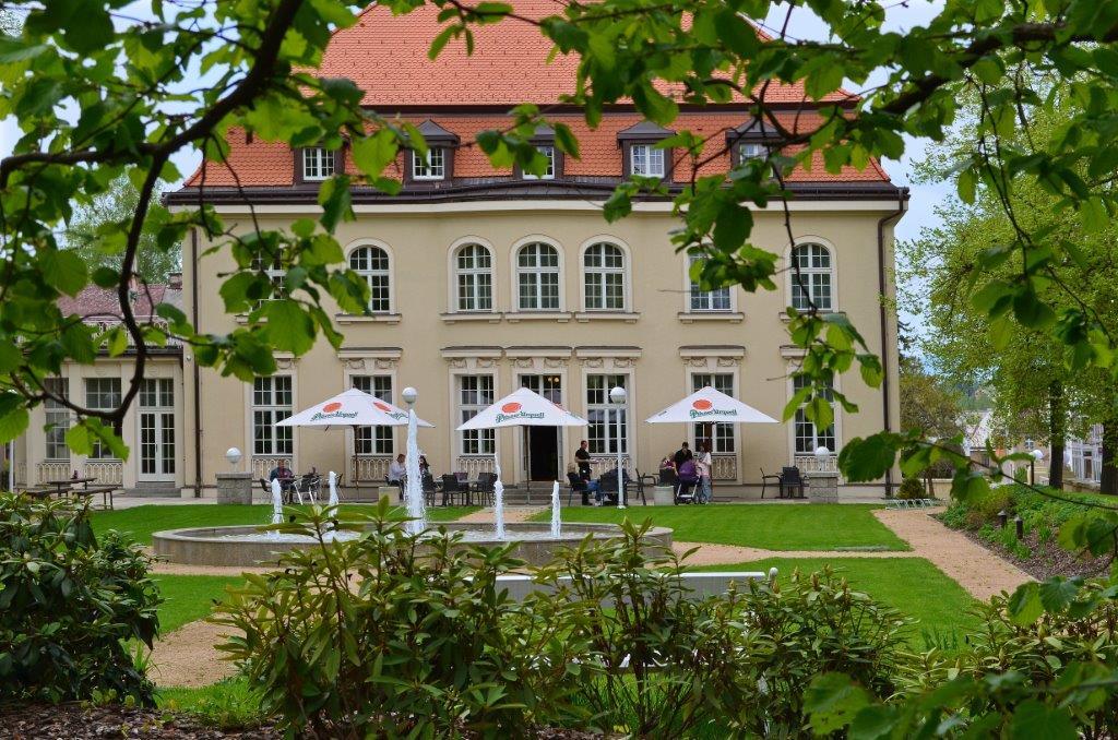 Löblova vila v Jablonci nad Nisou, dnešní Ex restaurant, pohled ze zahrady, vpopředí vodotrysky