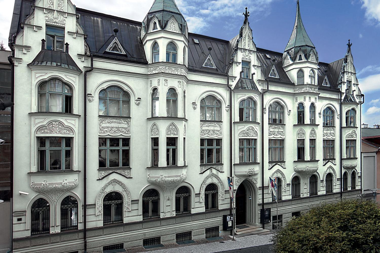 Secesní budova Muzea skla a bižuterie v Jablonci nad Nisou - pohled na hlavní vchod