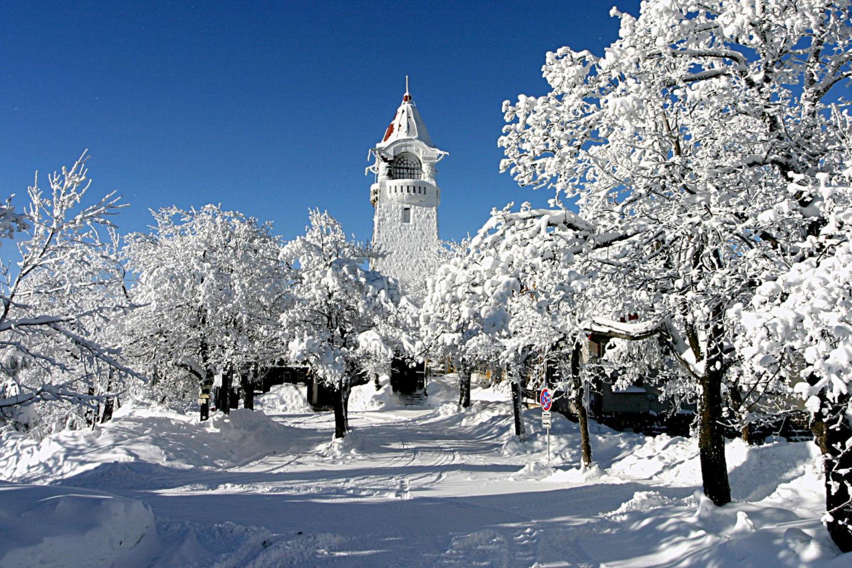 Kamenná rozhledna Černá studnice pod sněhem – Jablonecko
