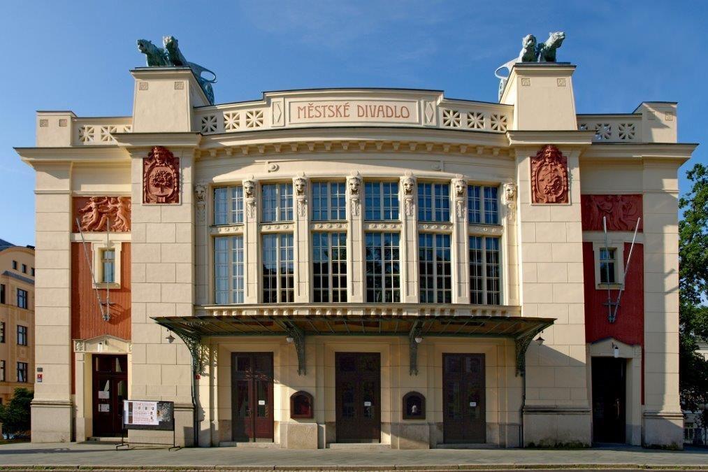Secesní budova Městského divadla v Jablonci nad Nisou - hlavní vchod