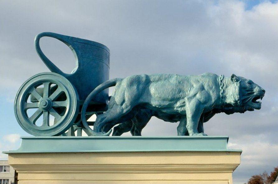 Plastika lva s vozíkem na střeše Městského divadla v jablonci nad Nisou - architektura