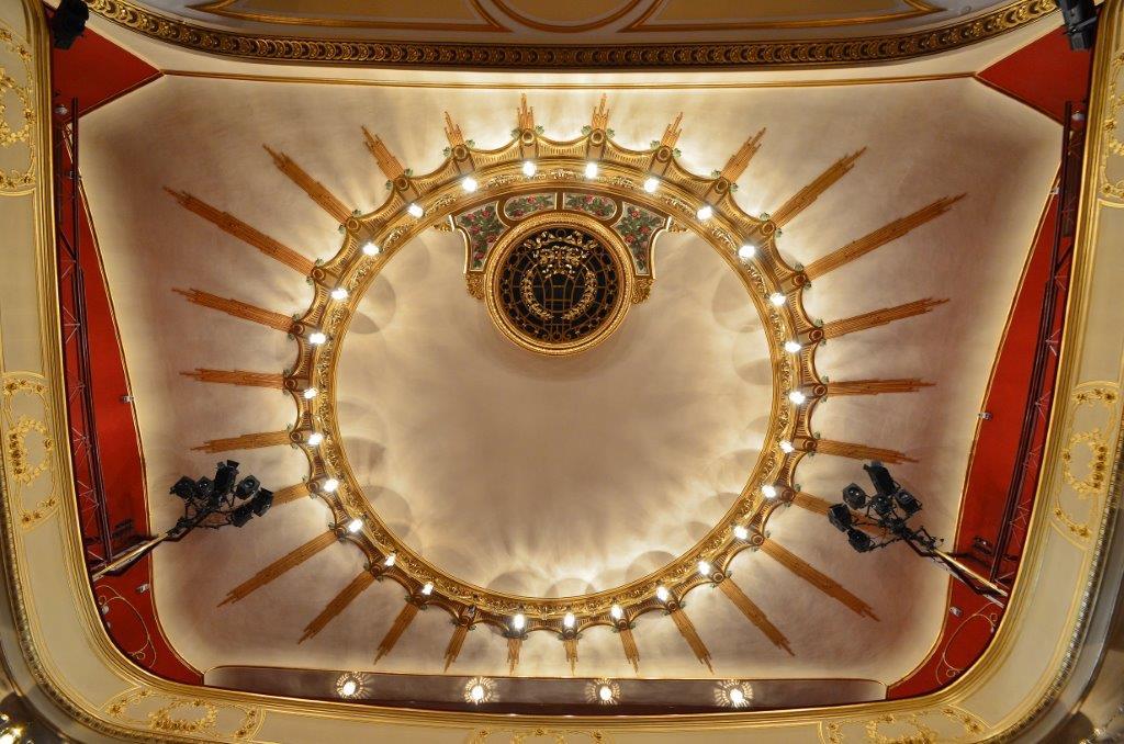 Secesní výzdoba stropu a svítidla v interiéru  Městského divadla v Jablonci nad Nisou