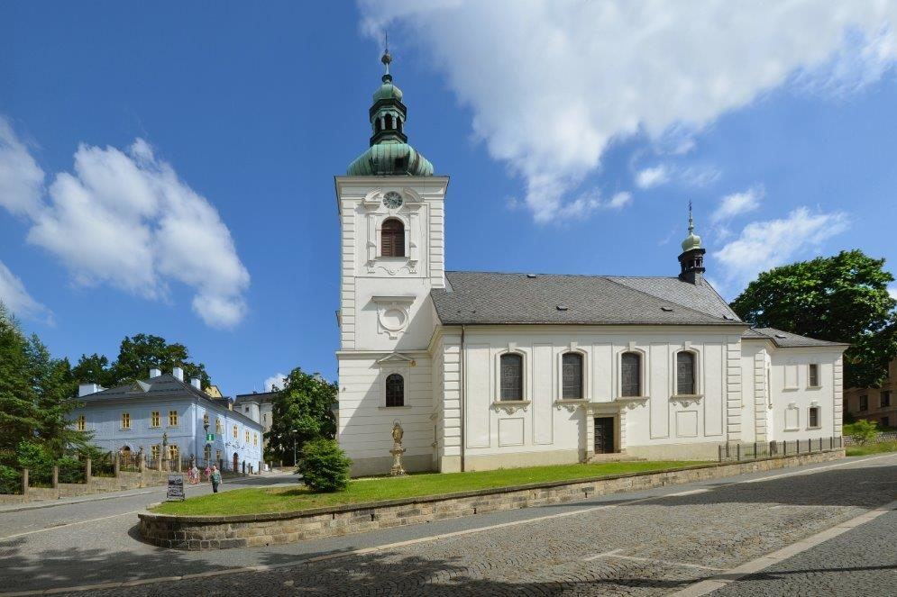 Kostel svaté Anny a bývalá fara (Dům národopisců Scheybalových) v Jablonci nad Nisou