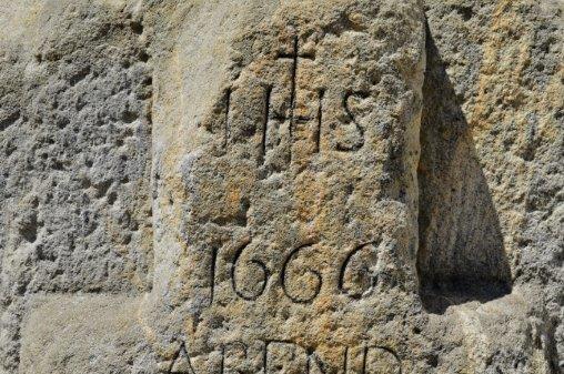 Křížový kámen (z roku 1666) v Jablonci nad Nisou, který byl přestěhován ke kostelu sv. Anny. Připomíná smrt Hanse Kleinerta umrzlého kdesi na Bartlově vrchu nad bývalým jabloneckýcm pivovarem.