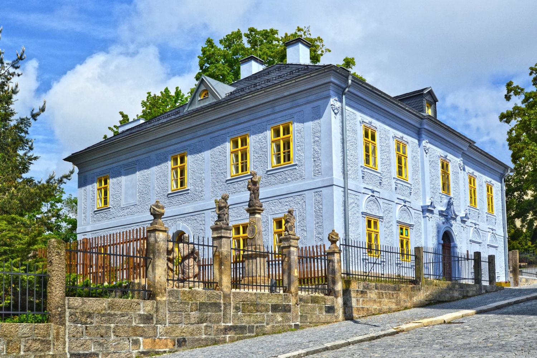 Dům národopisců Jany a Josefa V. Scheybalových v Jablonci nad Nisou - bývalá fara kostela sv. Anny s obnovenou fasádou ve světle modré barvě